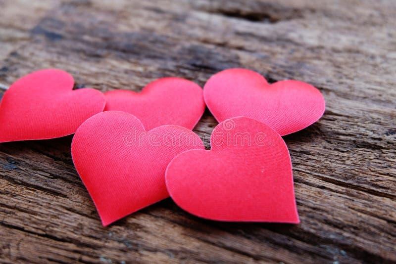 Coeurs rouge-foncé de satin sur la table en bois de cru Beau fond pour Valentine' ; jour de s photographie stock libre de droits