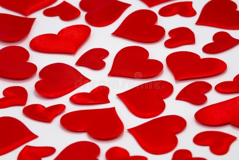 Coeurs rouges dispersés sur le fond blanc images stock