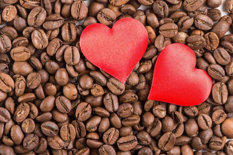Coeurs rouges sur la pile des grains de café photo libre de droits