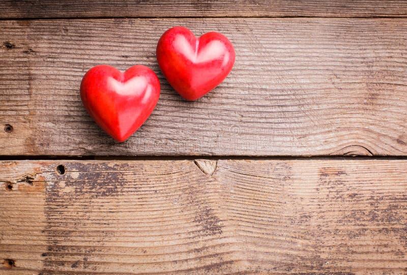Coeurs rouges sur le bois photographie stock
