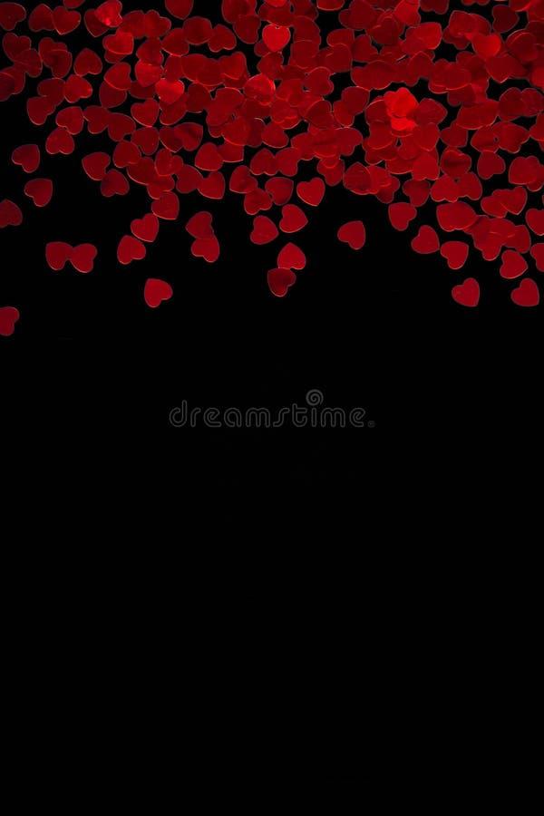 Coeurs rouges sur le fond noir Rose rouge photographie stock