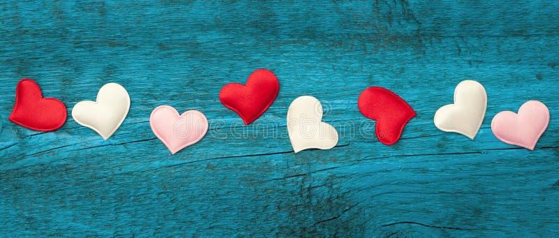 Coeurs rouges sur les conseils bleus photo libre de droits