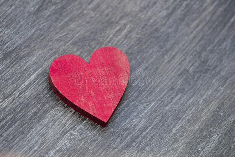 Coeurs rouges sur une table en bois vintage vue du haut Carte de voeux de Saint-Valentin photographie stock libre de droits