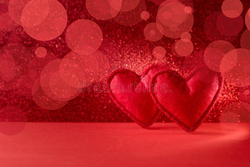 Coeurs sentis sur le fond rouge avec le bokeh Célébration de Saint-Valentin ou concept d'amour Copiez l'espace photos stock