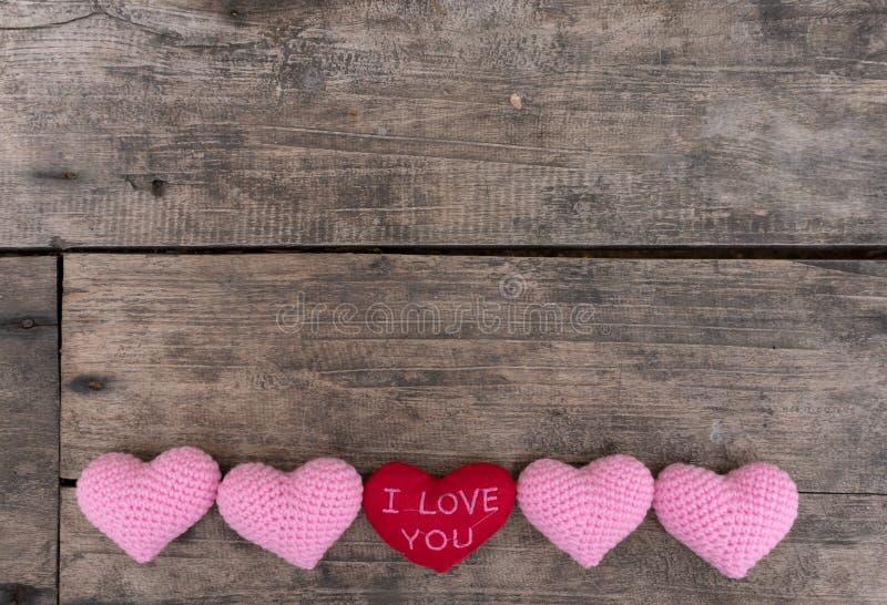 Coeurs sur la table en bois images libres de droits