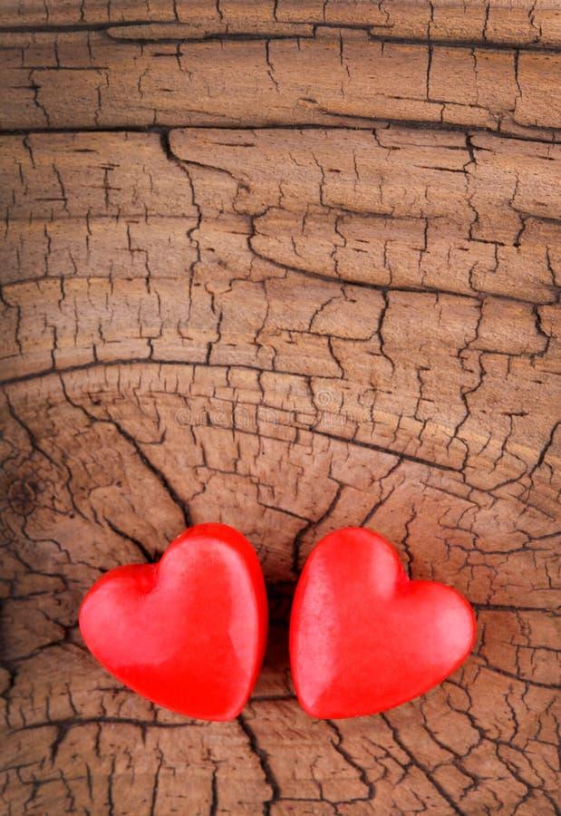 Coeurs sur la texture en bois. Fond de jour de valentines image libre de droits