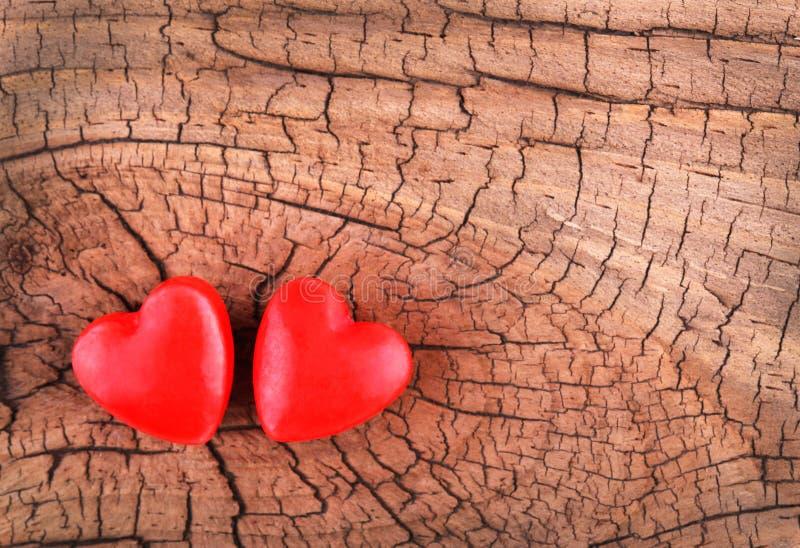 Coeurs sur la texture en bois. Fond de jour de valentines image stock