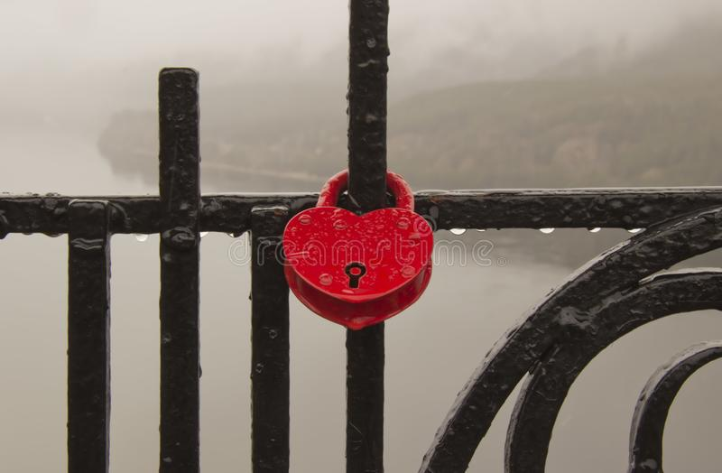 Coeurs symboliques attach?s ? une cha?ne en m?tal photos stock