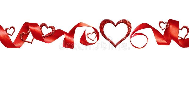 Coeurs tordus en soie rouges de ruban et de scintillement illustration stock