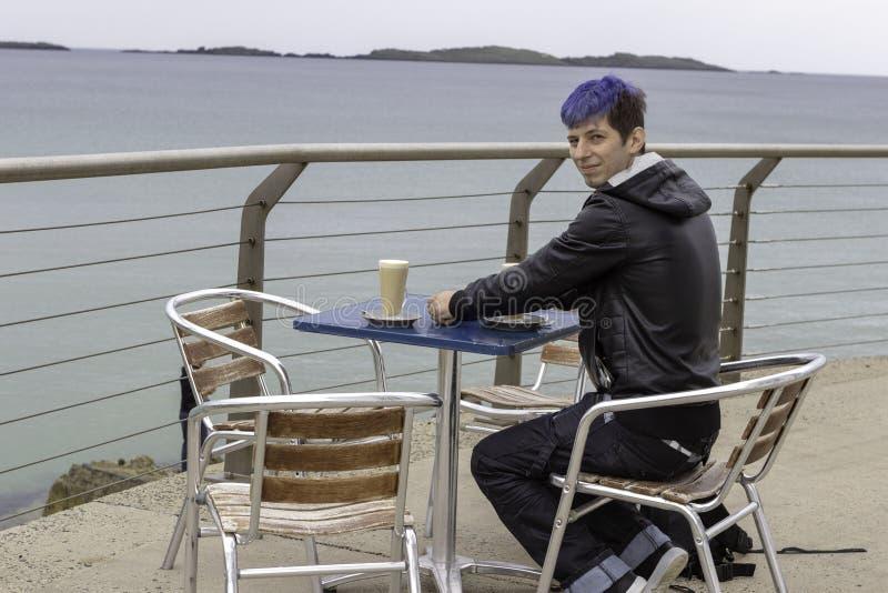 Cofee bebendo do homem novo no beira-mar imagens de stock royalty free