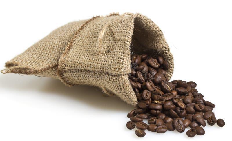 Cofee-Bohnen in einer Tasche lokalisiert stockfoto