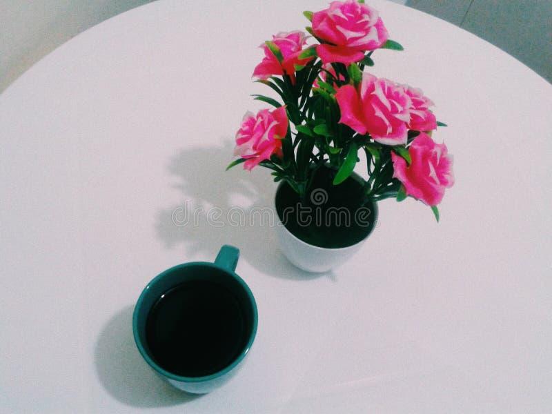 Cofee e flores fotografia de stock royalty free