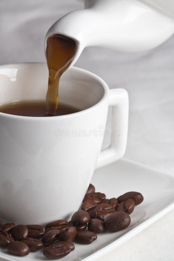 Cofee frais pleuvant à torrents images stock
