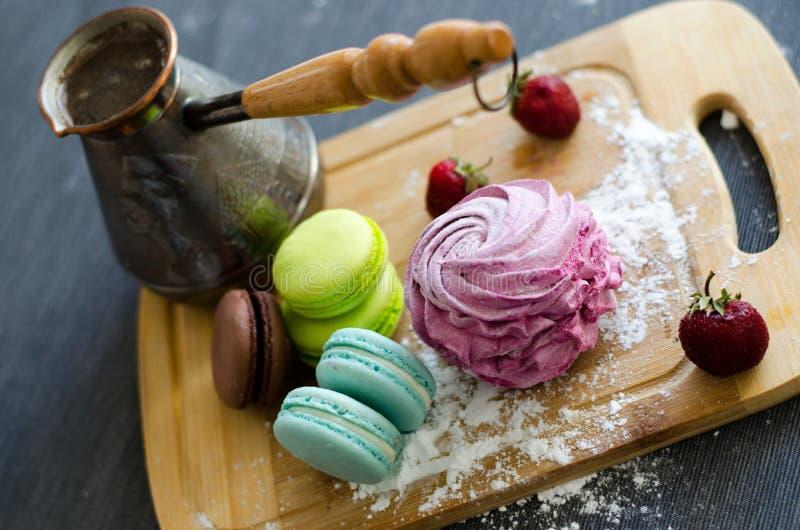Cofee, marshmallows i macaroons na tnącej desce, zdjęcie royalty free