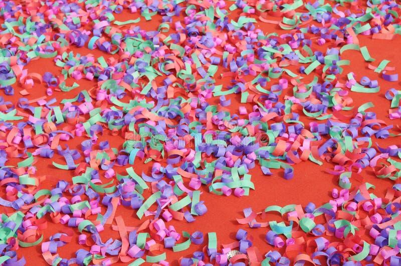 Cofetti coloré sur le tapis image stock