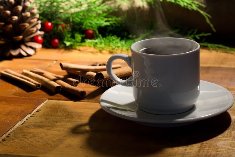 Coffe杯子和圣诞树装饰 免版税库存照片