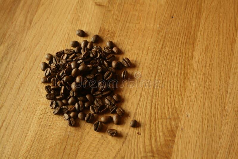 Coffe auf eichenem Tisch stockfotografie