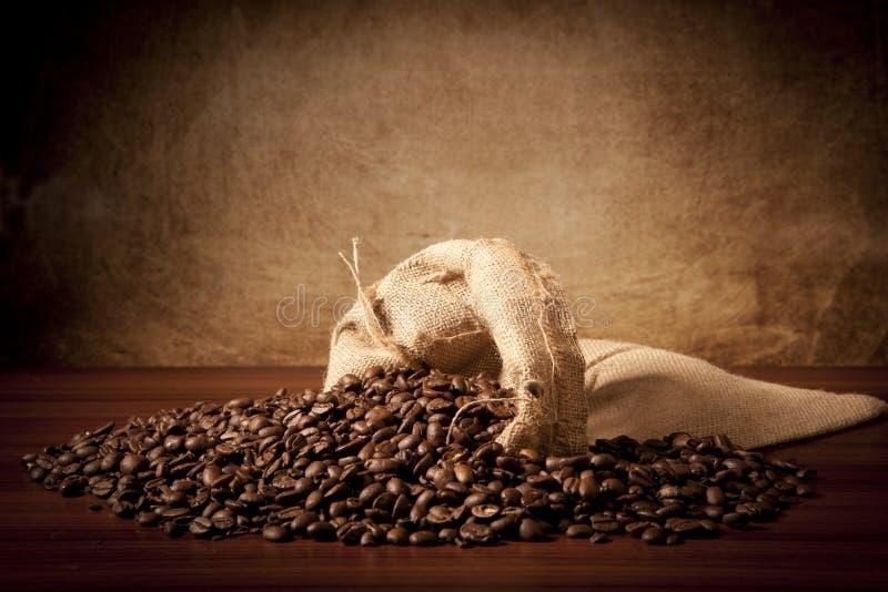 Coffe'beans mit juta Beutel stockfoto