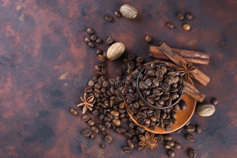 Coffe-beens mit Gewürzen stockbild