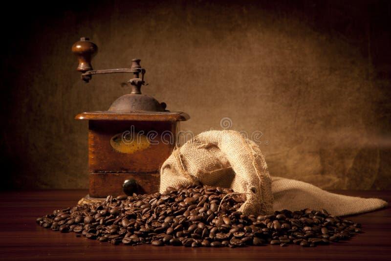 Coffe Bohnen mit juta Beutel und Schleifer lizenzfreies stockfoto