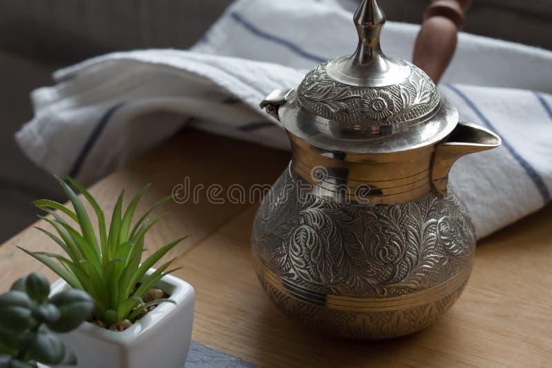 Coffe breved fresco en el cezve, pote tradicional del café turco, taza de café, suculenta imagen de archivo libre de regalías
