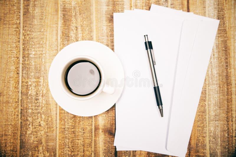 Coffe, buste e penna immagine stock