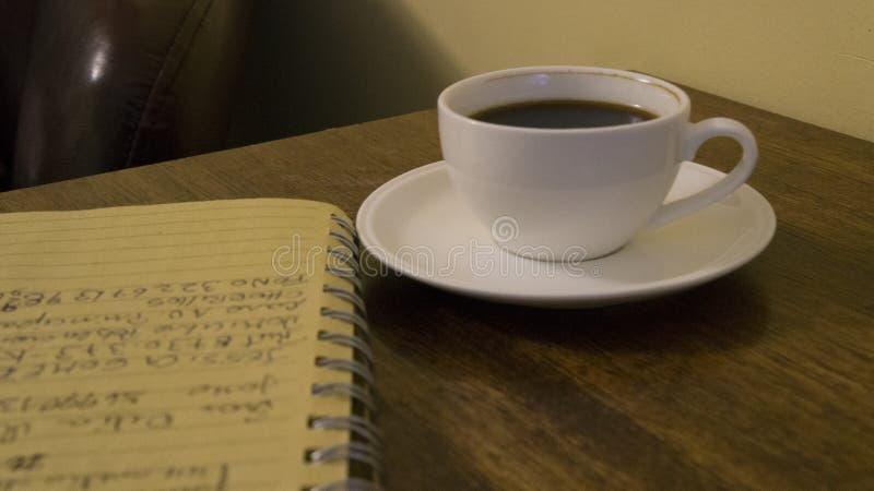 Coffe, carnet et idées images stock