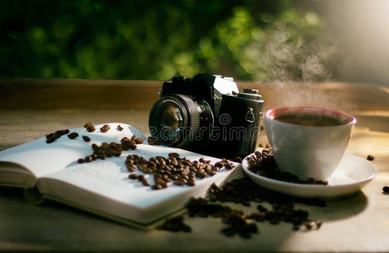 Coffe com livro e câmera fotografia de stock royalty free