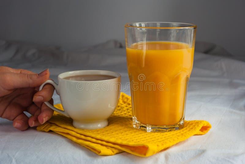 Coffe con leche y zumo de naranja para el desayuno fotografía de archivo libre de regalías