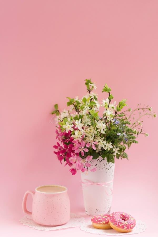 Coffe e filhóses Sobremesa fácil Conceito do rafrescamento foto de stock