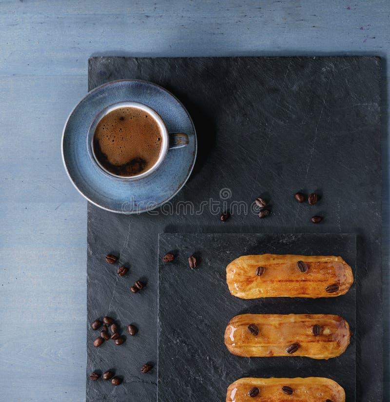 Coffe eclairs με το φλιτζάνι του καφέ στοκ φωτογραφία με δικαίωμα ελεύθερης χρήσης