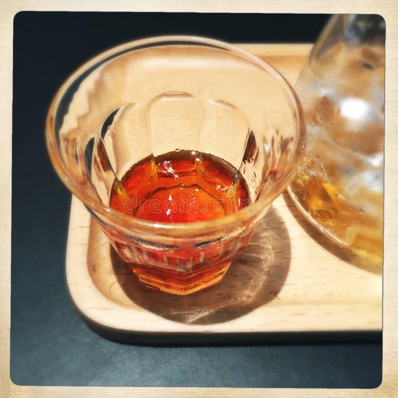 Coffe frio do gotejamento em um copo imagens de stock royalty free