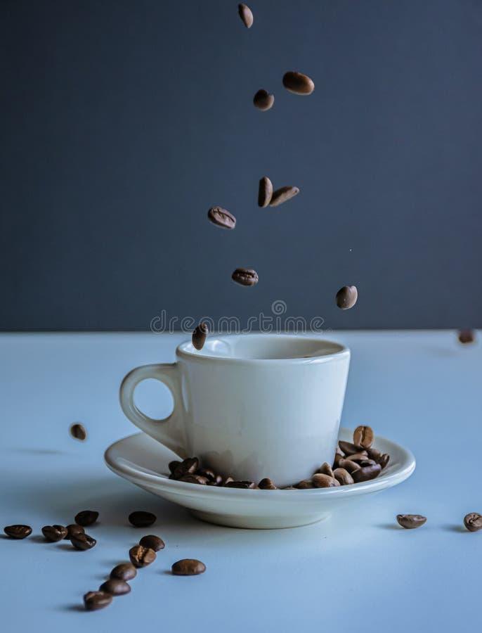 Coffe kopp och bönacoffeinsida arkivbilder