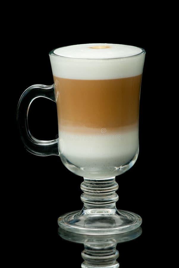 Coffe-Latteschale auf dem schwarzen Hintergrund stockfotos