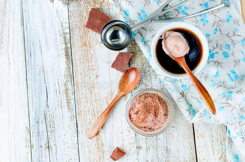 coffe nero del gelato e della tazza della palla del cioccolato fotografie stock
