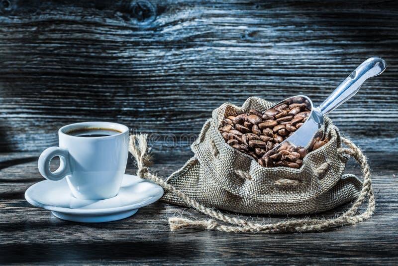 Coffe säck med bönor och skopan arkivfoton