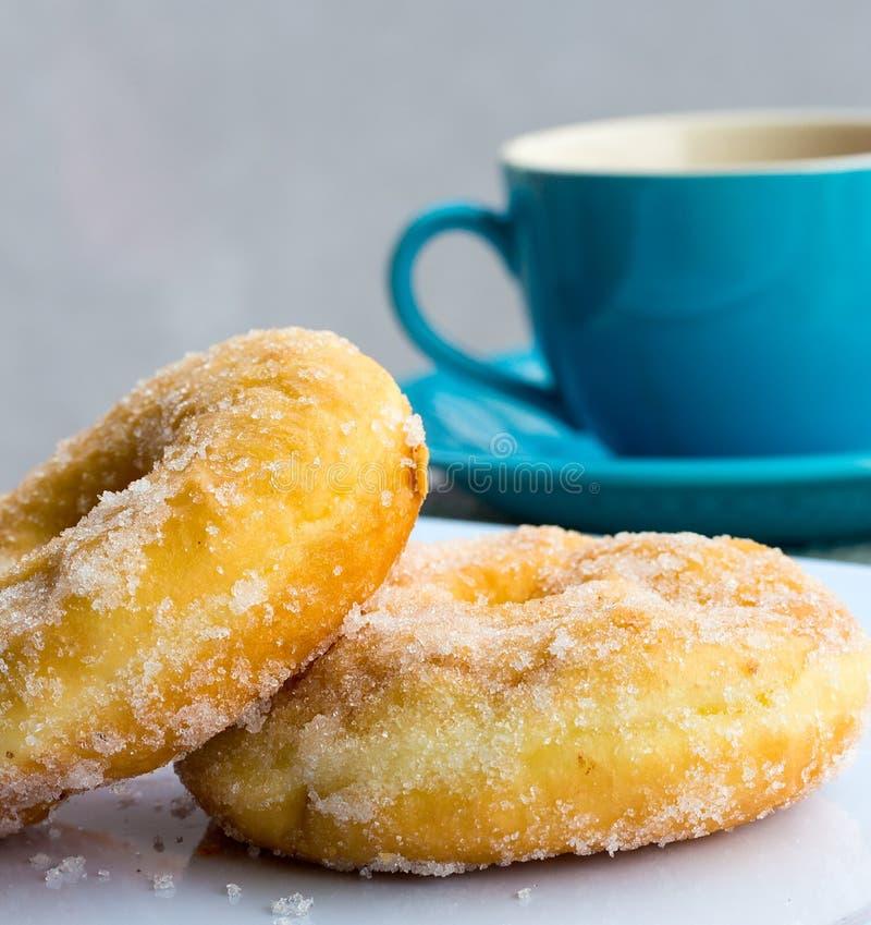 Coffe und Donuts zeigt Kaffeetasse und Getränke an lizenzfreies stockbild