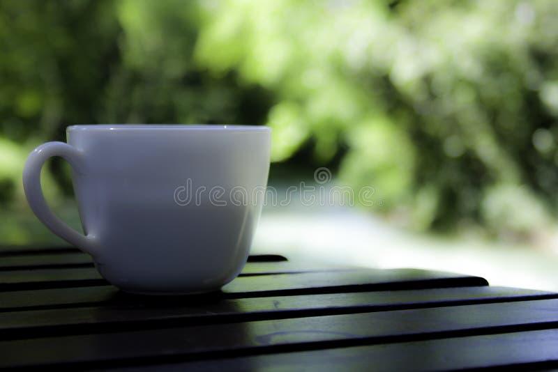 Coffe-Zeit auf meinem glatten Holztisch stockbild