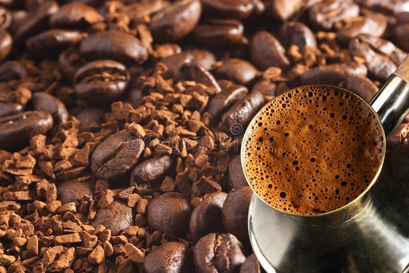 Coffee-pot turco sopra la priorità bassa del caffè fotografia stock libera da diritti