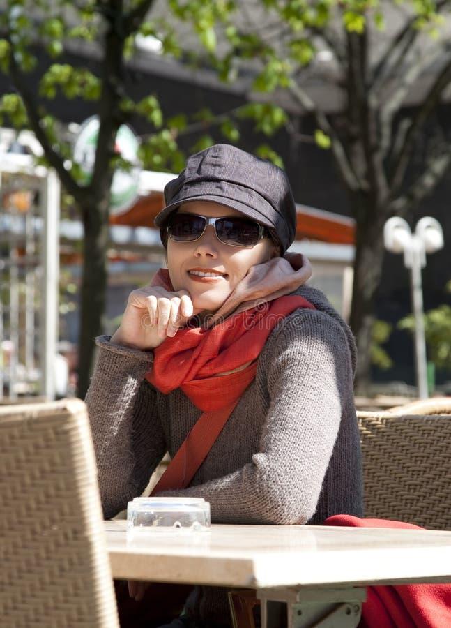 coffee shopkvinnabarn arkivfoto