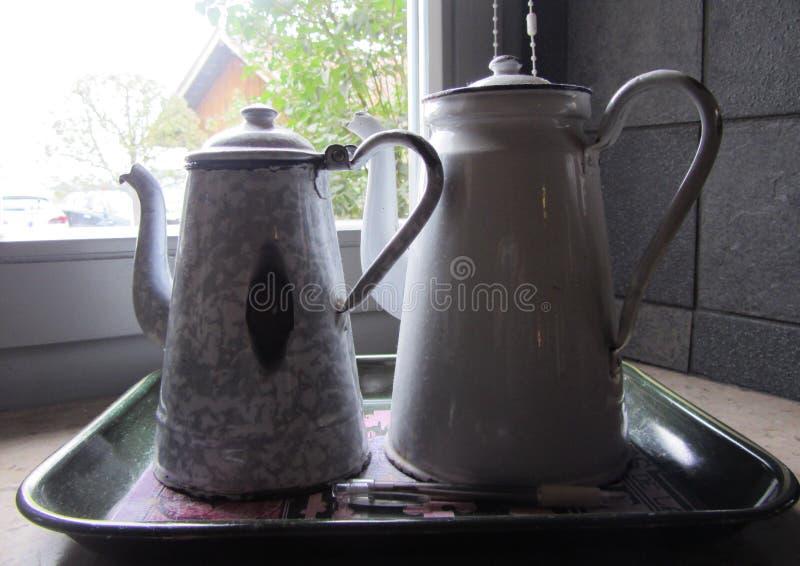 Coffeepot cyna Dwa żelazny garnek obraz stock