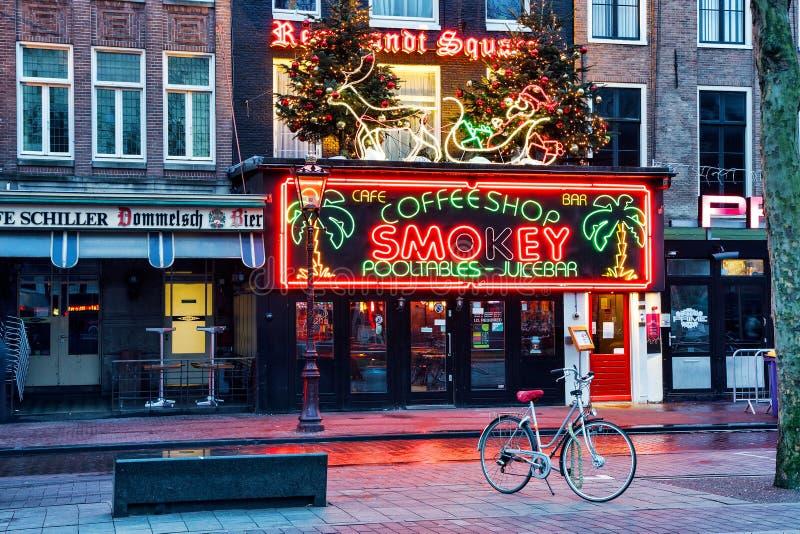 Coffeeshop Smokey, Rembrandt fyrkant, Amsterdam, Nederländerna royaltyfria bilder