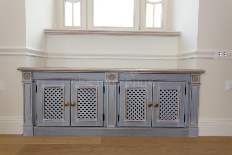 coffre l gant de meubles sous la fen tre photographie stock image 33432552. Black Bedroom Furniture Sets. Home Design Ideas