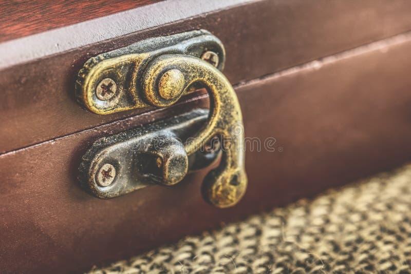 Coffre antique, vieille boîte en bois fermée avec la serrure en métal photos stock