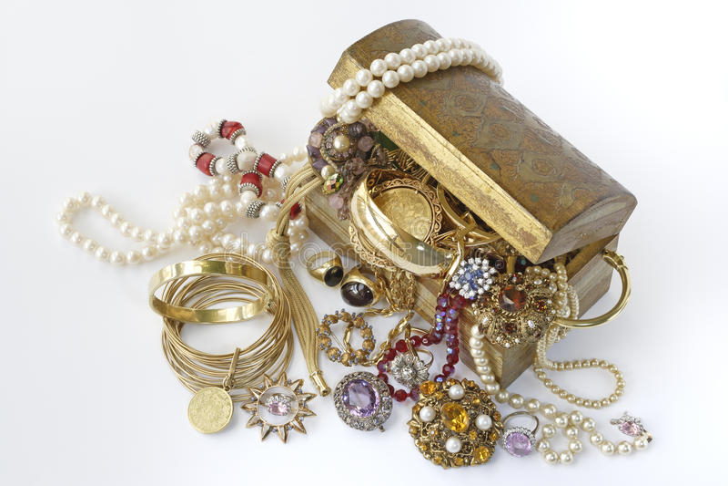 Coffre au trésor avec des bijoux photo stock