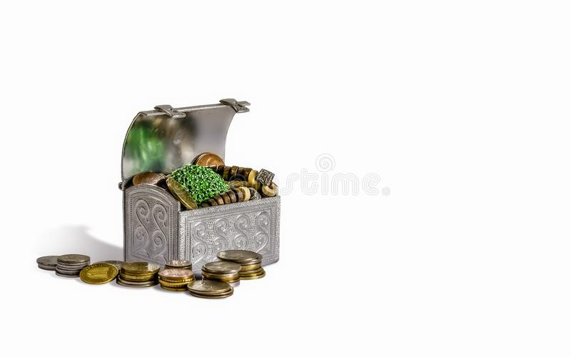 Coffre au trésor avec des pièces de monnaie image libre de droits