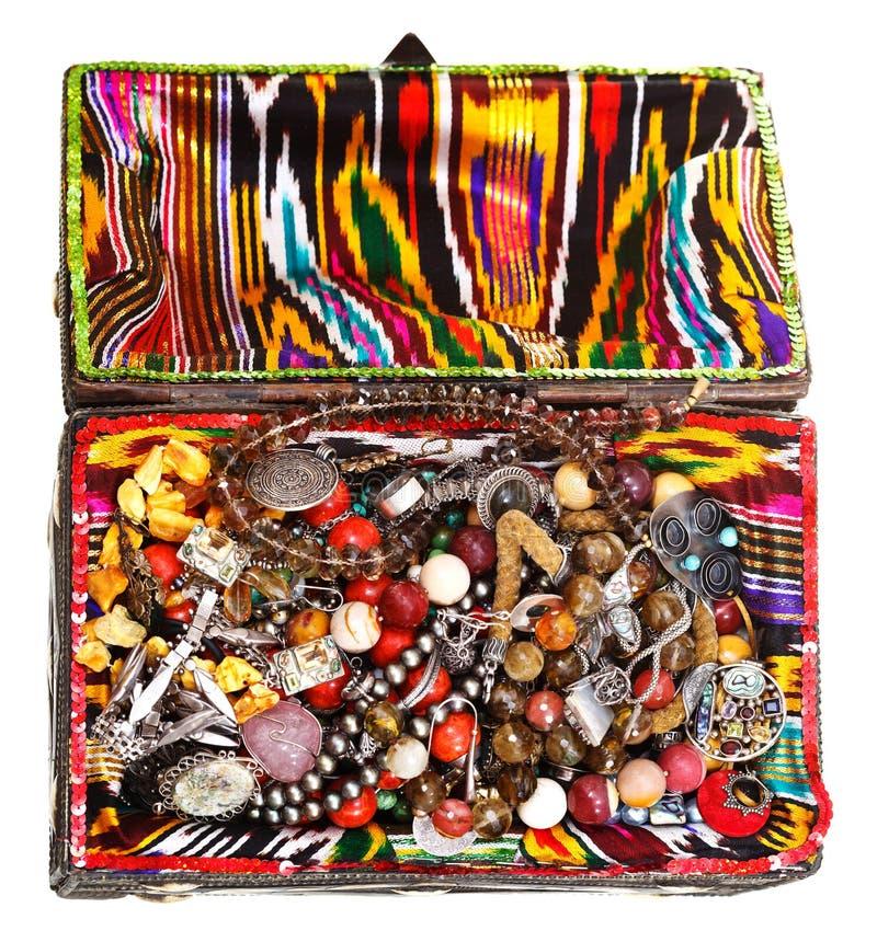 Coffre au trésor décoré antique avec les bijoux antiques photo libre de droits