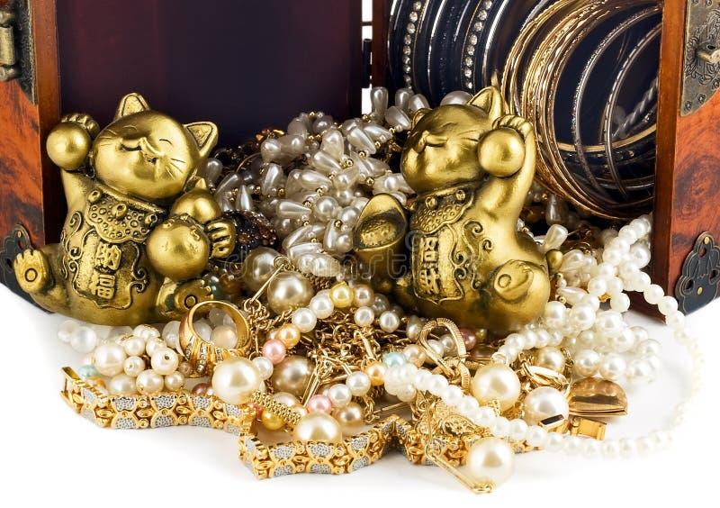 coffre au trésor de vintage avec le chat chanceux d'or d'isolement sur b blanc image stock