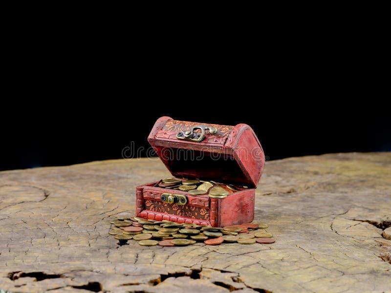 Coffre au trésor en bois avec des pièces d'or photos libres de droits