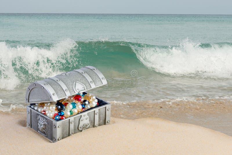 Coffre au trésor sur le sable photographie stock libre de droits